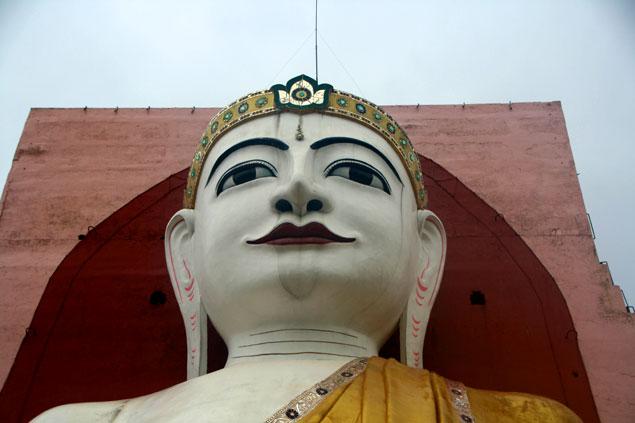 Cara de uno de los 4 Budas de Bago