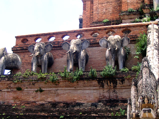 Elefantes en el lateral de la fachada
