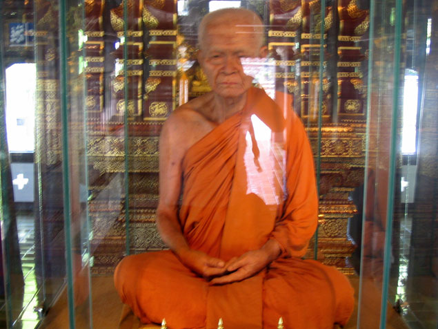 Imagen Bhuridatto Viharn en interior vitrina