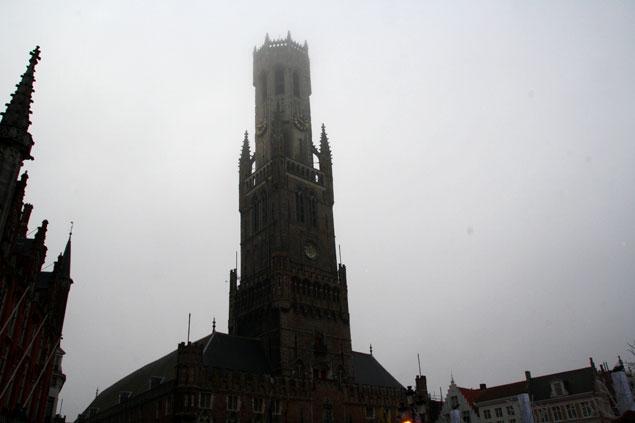 Torre envuelta en una espesa niebla