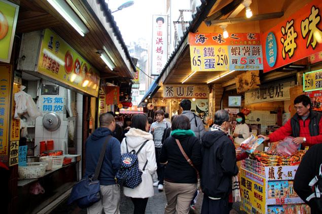 Calle estrecha llena de puestos de comida