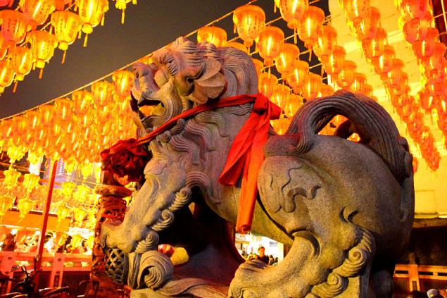 Dos leones flanquean la entrada
