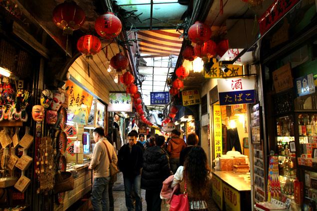 Calle de Jiufen llena de farolillos