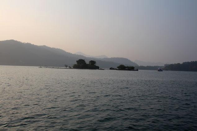 Silueta de la isla Lalu al atardecer