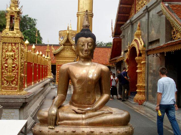 Escultura dorada de Buda entre los 10 lugares que ver en Chiang Mai