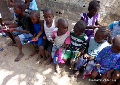 Niños gambianos en taller buco-dental