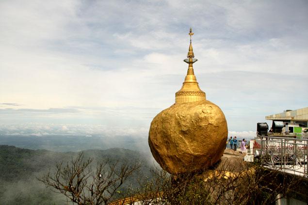 Kyaiktiyo , la Roca dorada requiere una tasa turística.