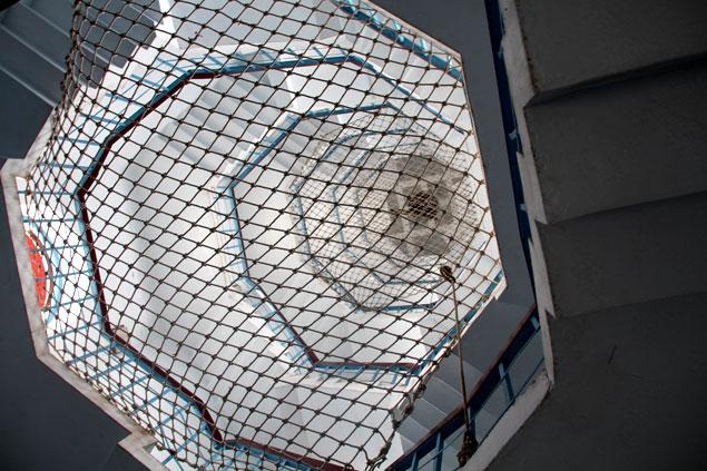 Escaleras hasta la cima protegidas con una red