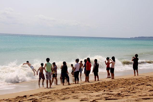 Adolescentes taiwaneses disfrutando de la playa