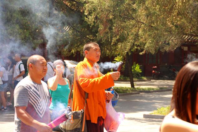 Monje realizando oraciones en Templo de los Lamas