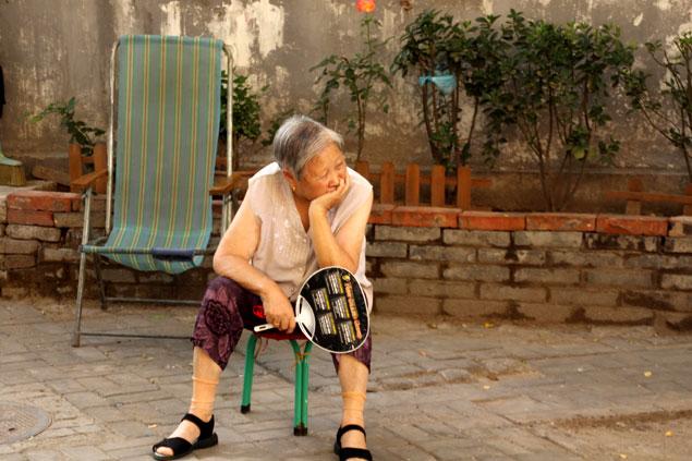 Anciana tomando el aire en un Hutong