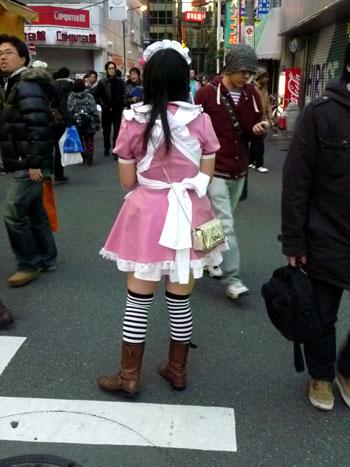 Chica disfrazada de sirvienta