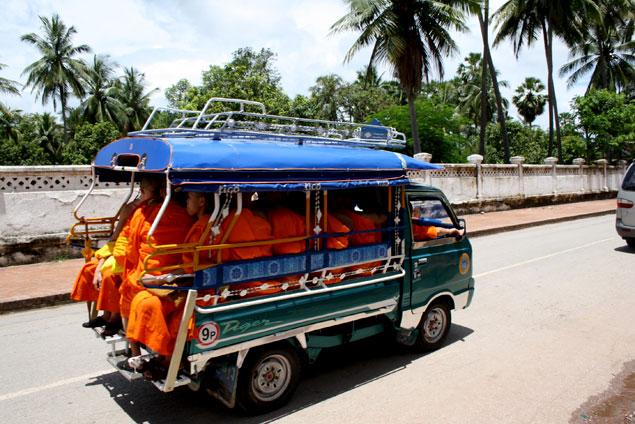 Monjes por las calles de Luang Prabang