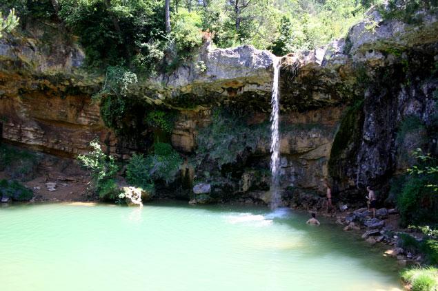 Cascada en piscina natural