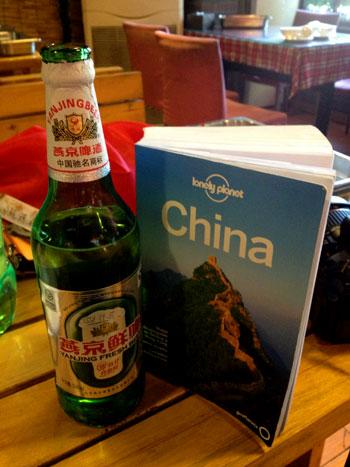 Botella de cerveza Yanjing en un bar de Beijing