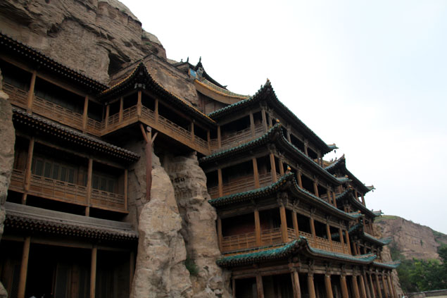 Monasterio de madera en la roca