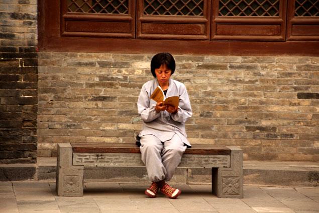 Monja realizando su lectura religiosa