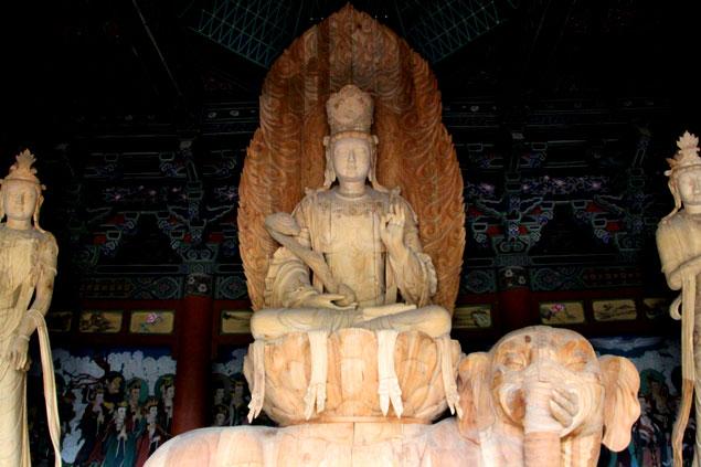 Figura budista de madera