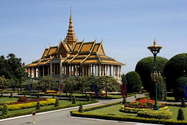 Jardines rodeando al Palacio
