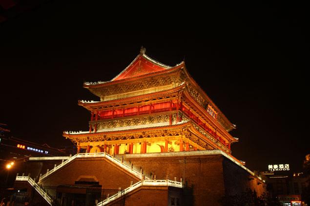 Torre del Tambor iluminada