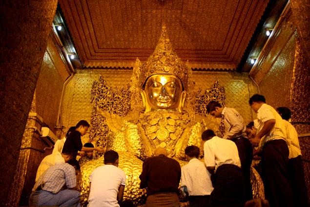12 curiosidades de Myanmar (Devotos en el Mahamuni Paya)