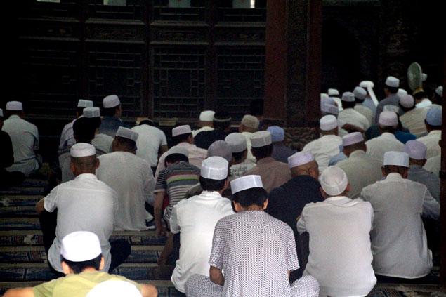 Fieles orando en la Gran Mezquita