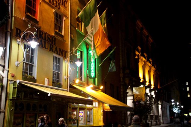Bandera irlandesa ondeando