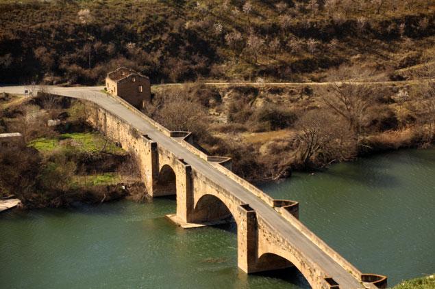 vista del Puente medieval desde el Castillo