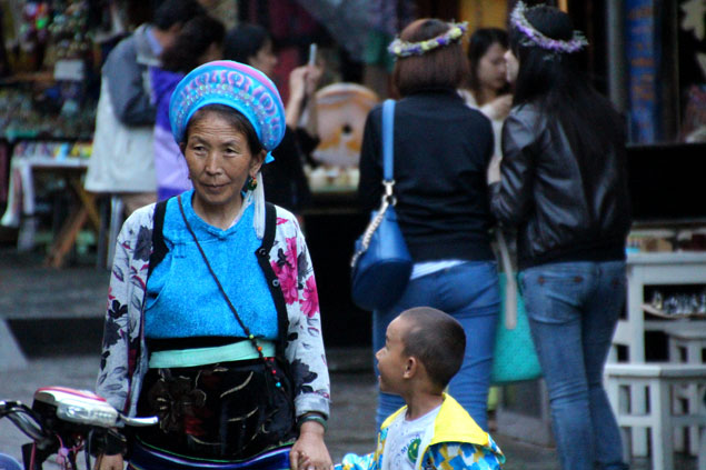Mujer Bai con su nieto