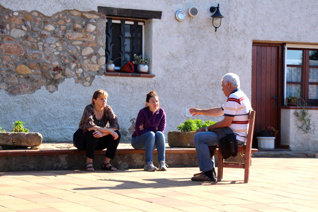 Agustina, Vanessa y Josep, conversando durante horas