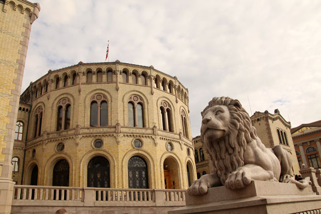 León custodiando el Parlamento de Noruega
