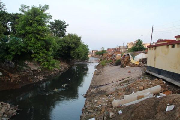Viviendas junto a canal de aguas fecales
