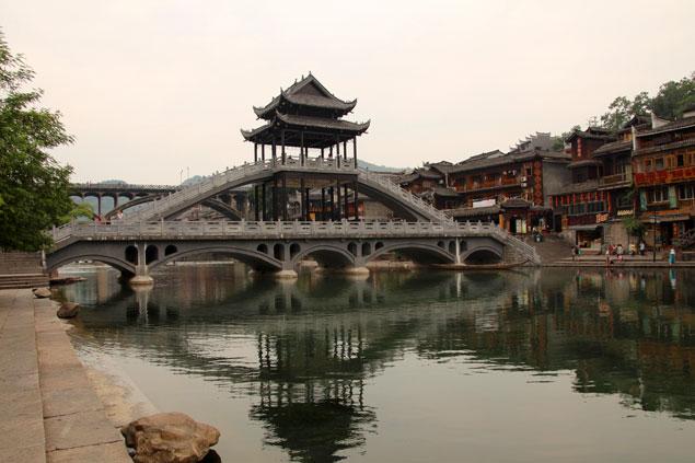 Uno de los puentes que unen el casco antiguo de la ciudad