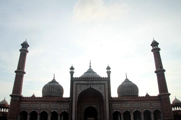 3 cúpulas y 2 minaretes