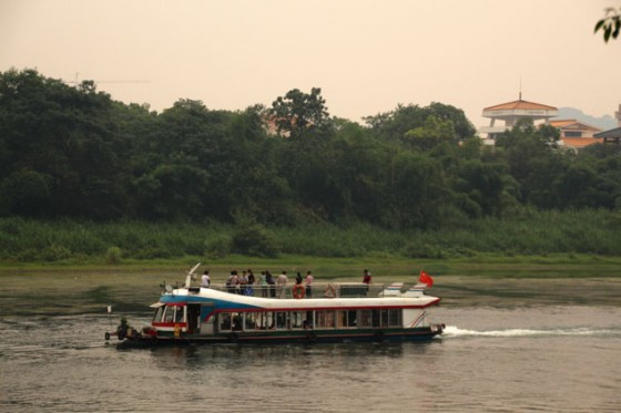 Barco navegando por el rio