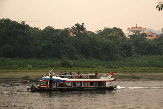 Barco navegando por el río