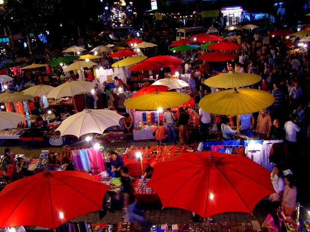 Entre los 10 lugares que ver en chiang Mai, está el mercado nocturno