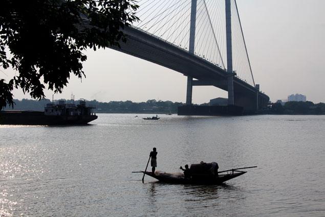 Pescador navegando por el río Hooghly
