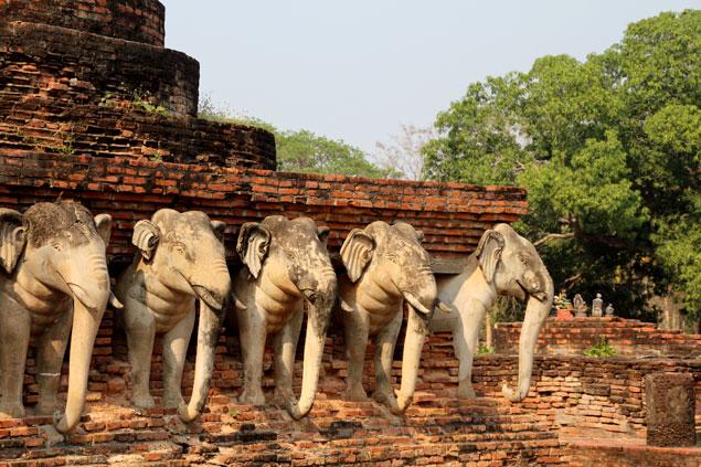 Templo con esculturas de elefantes