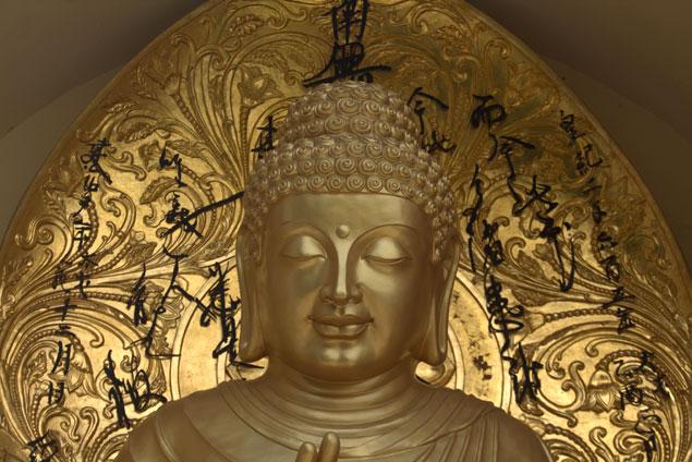 Uno de los budas en la Pagoda de la paz
