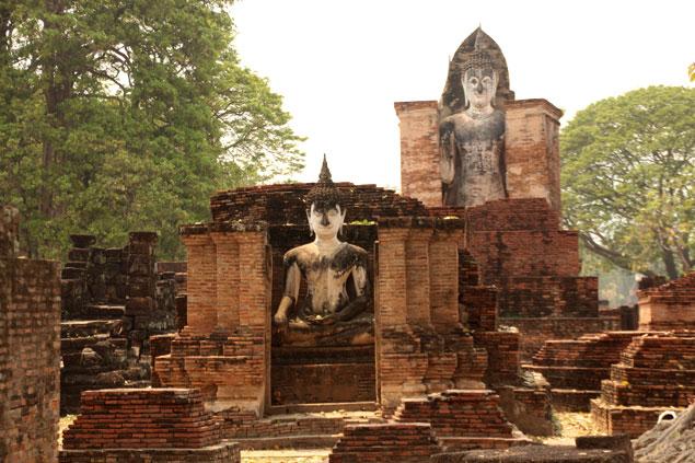 Buda delante de imagen de buda en pie