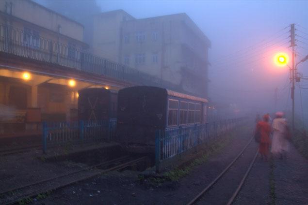 Vagones entre la niebla