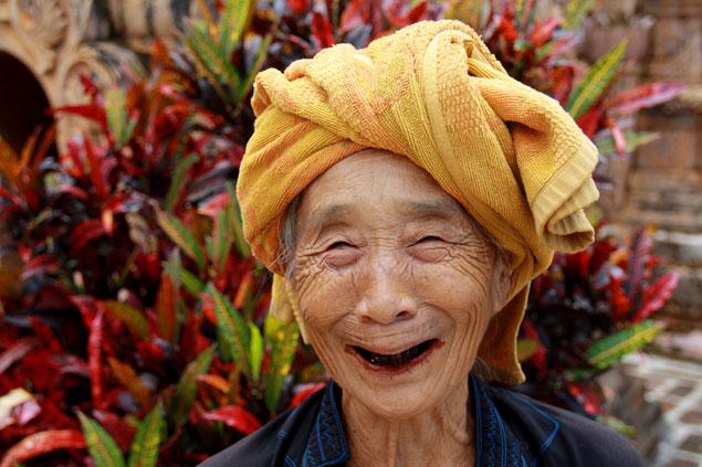 Entrañable anciana con bétel en la boca