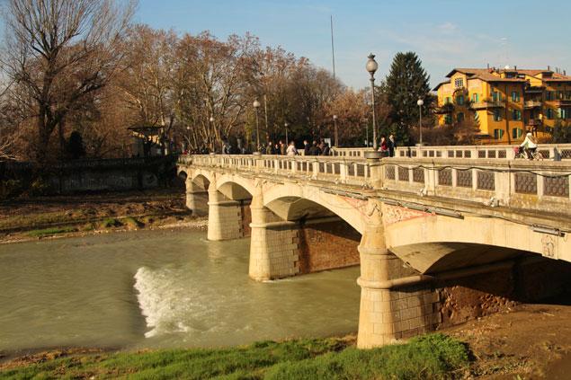 Puente sobre el río Parma