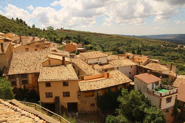El pueblo de Riglos visto desde la base de los Mallos