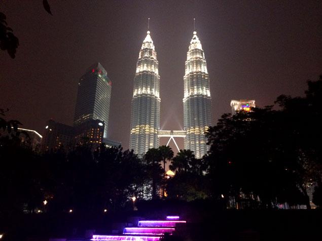 Que ver en kuala Lumpur (Vista de las torres Petronas desde el parque)