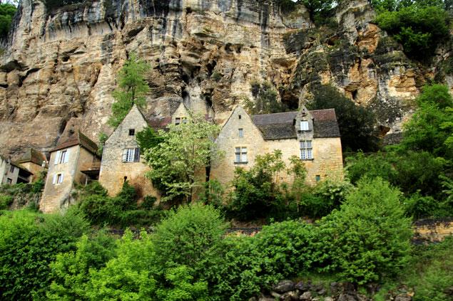 Edificios de La Roque-Gageac ubicados bajo las piedras
