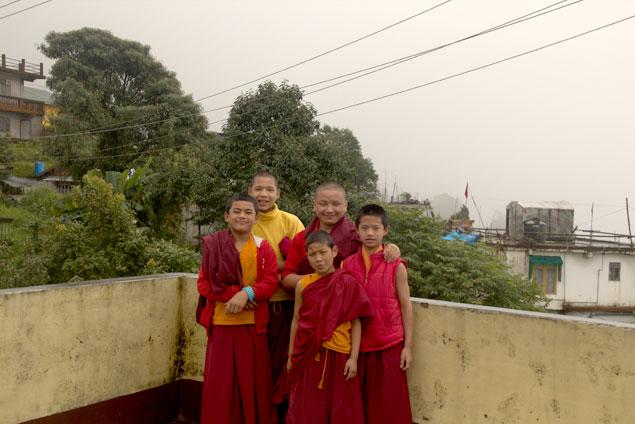 Jóvenes monjes de Ghum