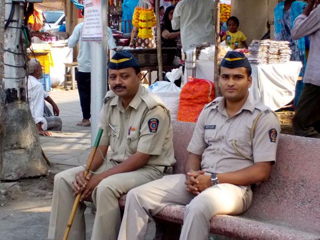 Policía India con sus palos de rigor