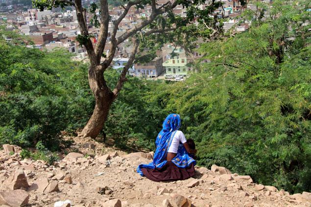 Mujer observando Jaipur desde el templo del sol